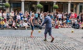 Straßenausführender engagiert sich Publikum außerhalb Covent-Gartens Stockfotografie
