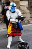 Straßenausführender verkleidet als kilted Star Wars-Stormtrooper Lizenzfreie Stockbilder