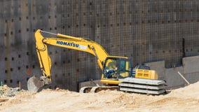 Straßenausrüstung, die nahe bei einer neuen Wand arbeitet stockfotos