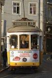 Straßenbahn in Alfama-Bezirk Lizenzfreies Stockfoto