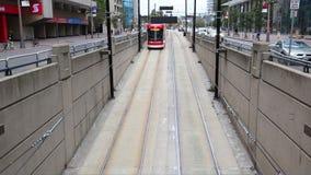 Straßenbahn in der Stadt von Toronto, Kanada stock video