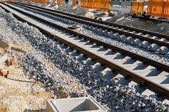Straßenbahnbahnen auf Zementlagerschwellen an der Baustelle lizenzfreie stockfotos