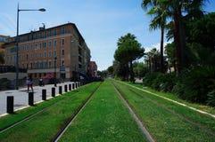 Straßenbahnschienen im Stadtzentrum lizenzfreie stockfotografie