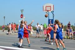 Straßenbasketball unter Frauenmannschaften auf der Straße in Tyumen, R Lizenzfreie Stockbilder