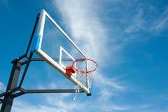 Straßenbasketballbrett mit dem blauen Himmel Lizenzfreie Stockfotografie