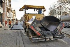 Straßenbau auf einer Stadtstraßenerneuerung Lizenzfreies Stockbild