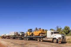 Straßenbau-Ausrüstung Roadtrain tragende Stockfoto