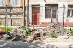 Straßenbau oder Rekonstruktionsstandort der Rohrleitung mit Metallindustriellem Zaun um das Loch Stockbilder