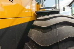 Straßenbaumaschinerie, Traktoren färben Bagger im Freilicht in Arbeitsposition gelb Stockbild