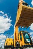 Straßenbaumaschinerie, Traktoren färben Bagger im Freilicht in Arbeitsposition gelb Lizenzfreie Stockbilder