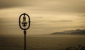 Straßenbeleuchtung über dem Meer Lizenzfreie Stockfotos