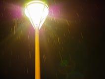 Straßenbeleuchtung auf dem Regnen von Nacht stockfotografie