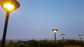 Straßenbeleuchtung an der Dämmerung Lizenzfreies Stockbild
