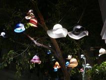 Straßenbeleuchtung hergestellt aus Hüten und Mützen in Athen, Griechenland heraus stockfoto