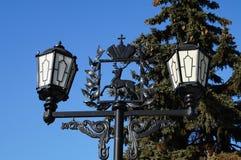Straßenbeleuchtung mit den Armen von Nischni Nowgorod stockfotos