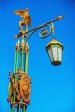 Straßenbeleuchtung mit einem vergoldeten zwei-köpfigen Adler in St Petersburg Stockbild