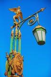 Straßenbeleuchtung mit einem vergoldeten zwei-köpfigen Adler in St Petersburg, Russland Lizenzfreie Stockfotografie
