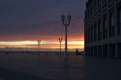 Straßenbeleuchtung am Sonnenaufgang Lizenzfreie Stockfotos
