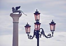 Straßenbeleuchtung und geflügelter Lion Column in St Mark u. in x27; s-Quadrat in Venedig Lizenzfreies Stockbild