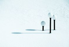 Straßenbeleuchtung unter Schnee Lizenzfreie Stockfotografie
