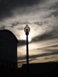 Straßenbeleuchtungs-Schattenbild an der Dämmerung Stockfotografie