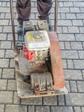 Straßenbetoniermaschine mit Plattenverdichtungsgerät Stockbilder