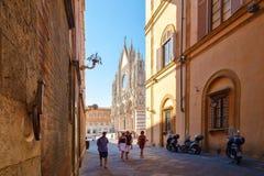 Straßenbild auf der italienischen Stadt von Siena mit Blick auf die Kathedrale Lizenzfreies Stockfoto