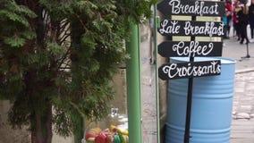 Straßenbild in der europäischen Stadt und im Frühstückszeichen