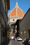 Straßenbild in der mittelalterlichen Stadt von Florenz mit Blick auf die Kathedrale Lizenzfreie Stockbilder