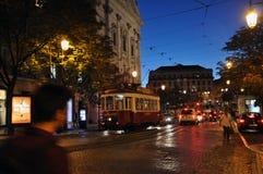 Straßenbild in Lissabon nachts Lizenzfreie Stockfotos