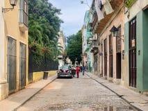 Straßenbild mit buntem altem Kolonialgebäude in Havan kuba stockbilder