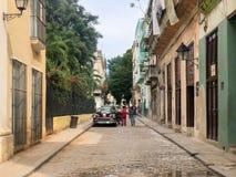 Straßenbild mit buntem altem Kolonialgebäude in Havan kuba lizenzfreie stockfotos