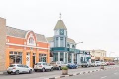 Straßenbild, mit Geschäften und Fahrzeugen in Swakopmund Lizenzfreies Stockbild
