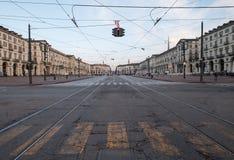 Straßenbild in Turin, Italien mit Zebrastreifen im Vordergrund Früh morgens fotografiert lizenzfreie stockbilder