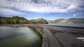 Straßenbrücke über wasser- Azoren-Sao Miguel Portugal stockfotos