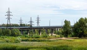 Straßenbrücke, die durch das Feld überschreitet Stockfotos
