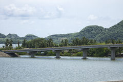 Straßenbrücke, die einen See kreuzt stockfotografie