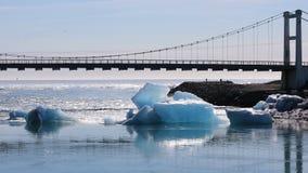Straßenbrücke mit Ansichten des Ozeans stock footage