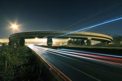 Straßenbrücke nachts Stockfotos