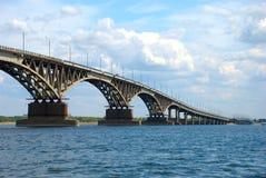 Straßenbrücke in Saratow stockbilder
