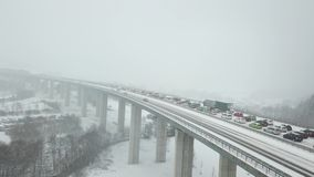 Straßenbrücke während schwere Schneefälle stock video
