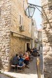 Straßencafé in altem Budva, Montenegro Lizenzfreies Stockfoto