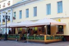 Straßencafé auf Arbat-Straße in Moskau Lizenzfreie Stockfotos