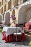 Straßencafé in der alten Stadt, draußen in Jaipur, Rajasthan, Indien Tabelle, Sofa und Stühle nahe alter Wand lizenzfreie stockfotografie