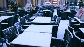 Straßencafé im Winter Nebensaisonkonzept 4K Pan Shot stock video footage