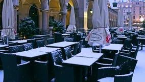 Straßencafé im Winter Nebensaisonkonzept steadicam 4K Schuss stock footage
