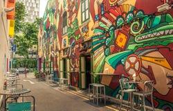Straßencafé mit Musterwand Stockbilder