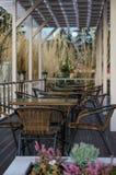 Straßencafé mit Weidenmöbeln Stockfotografie