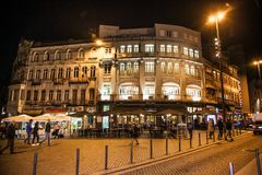 Straßencafé und -restaurants in der Mitte von Porto, Portugal stockbild