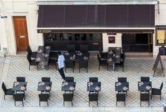 Straßencafé, wie von oben gesehen Stockbild